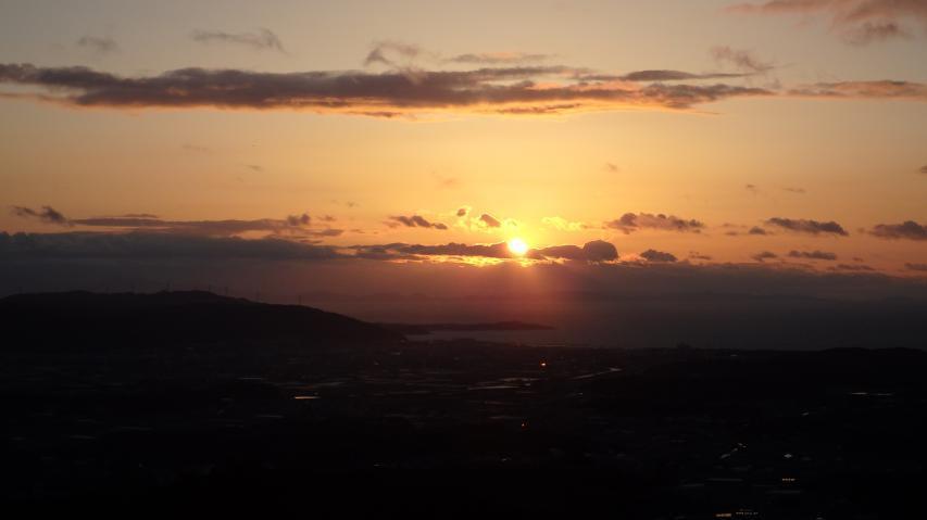 香川県高松市屋島あたりに陽が落ちる
