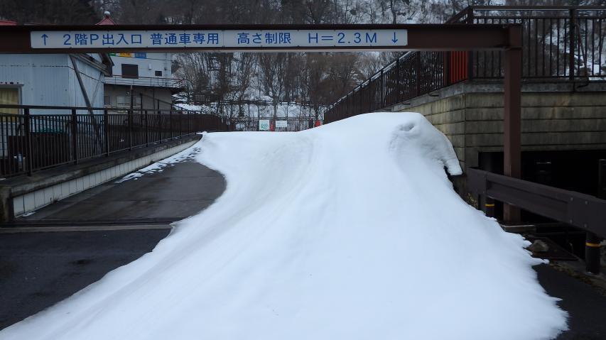 吹き溜まりにはまだまだ雪がある