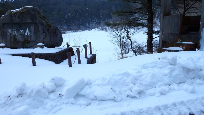 夫婦池はまだ冬の姿