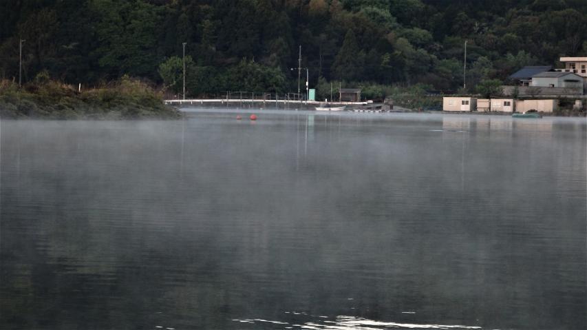 山裾の池で蒸気霧が見られた
