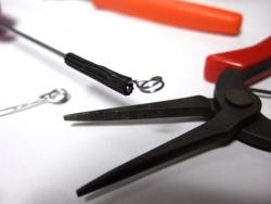 まず片足を入れてこの様なペンチで軸とゴムの間に入れていく