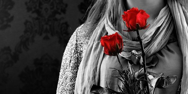 フリー画像・バラを抱く女