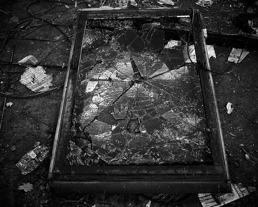 フリー画像・廃工場のガラス