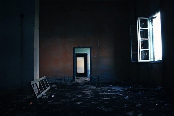 フリー画像・窓のある廃墟