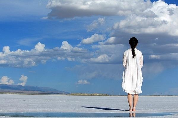 フリー画像・砂浜に立つ女