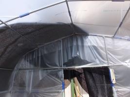 遮光ネットは縫い合わせて4m×4mビニールハウスの屋根部にかける。2017.04.06