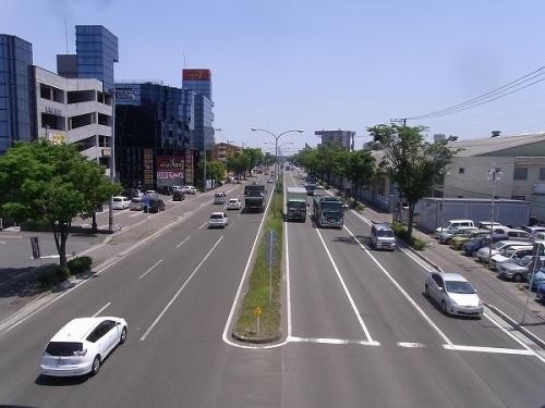 歩道橋から見た両側それぞれ3車線道路