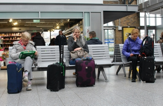 ④列車を待つ人々 (550x357)