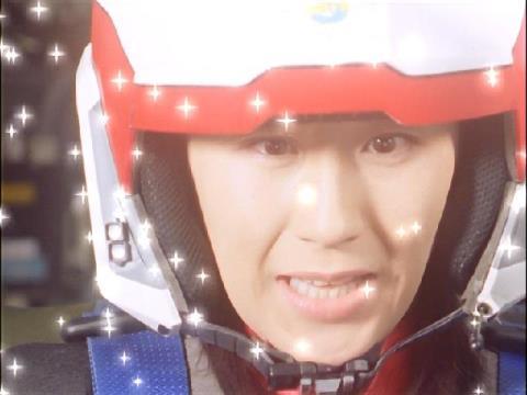 ダイナと一緒に発射するユミムラ・リョウ隊員(演:斉藤りさ)