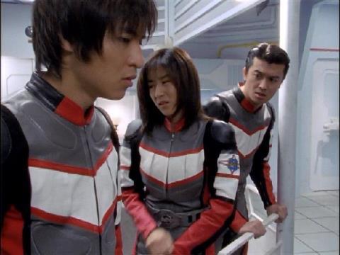 バゾブに隊長が捕らわれ、攻撃できないことでガッカリするユミムラ・リョウ隊員(演:斉藤りさ)