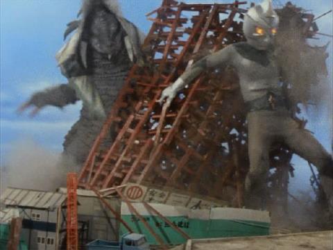 マンションの倒壊を防ごうと、隣接の建築中のマンションを支えるミラーマンは、ボアザウルスに防戦一方