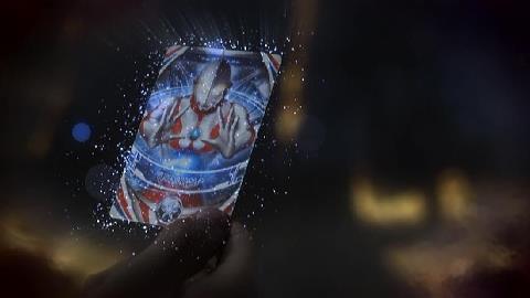 マガゼットンを倒し、封印していたウルトラマンのカードを手にした