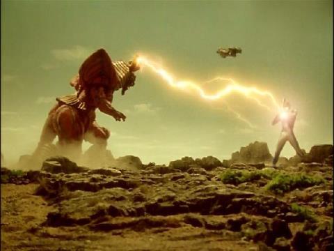 カオスパラスタンに苦戦するウルトラマンコスモス