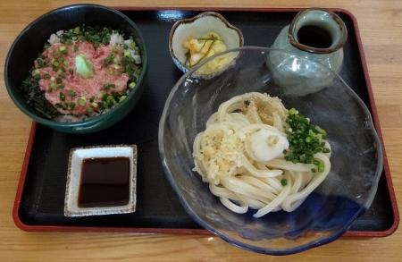 マグロたたき丼セット 907円