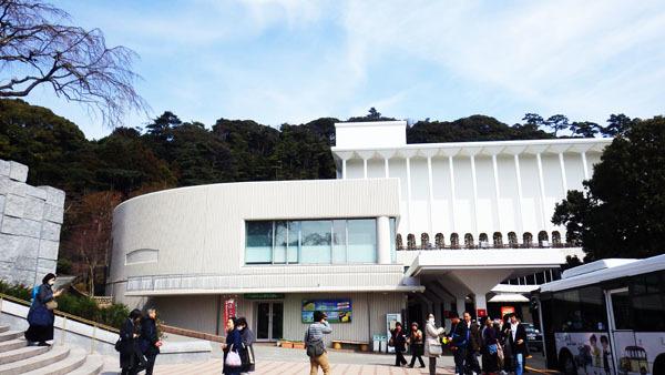 美術館入り口前
