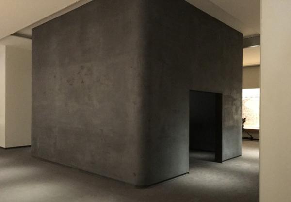 黒漆喰仕上げの展示室