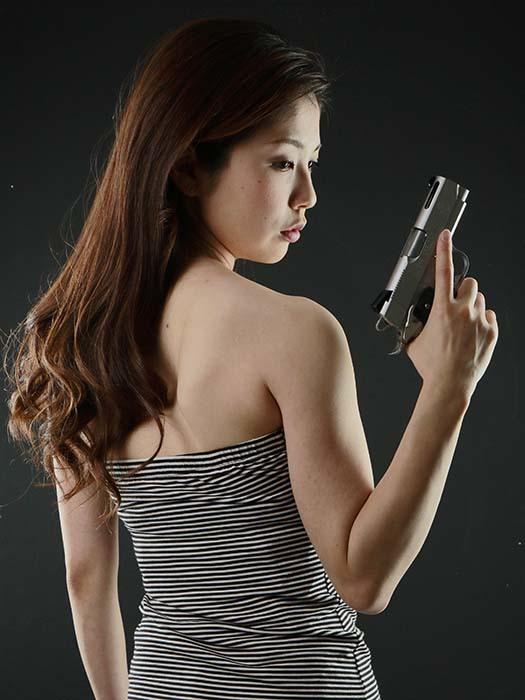 智美:拳銃2