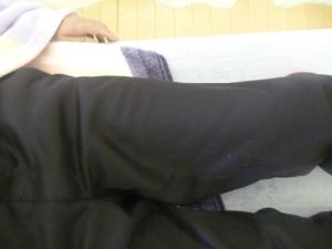 夜中背伸びをした際痙攣し負傷する