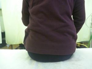 自宅で掃除機をかけていて腰を負傷した。