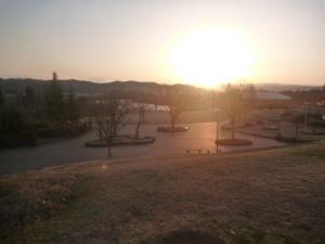 朝日連峰に夕日が