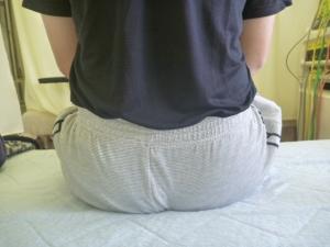 長時間椅子に座っていて立つ際腰を負傷する。