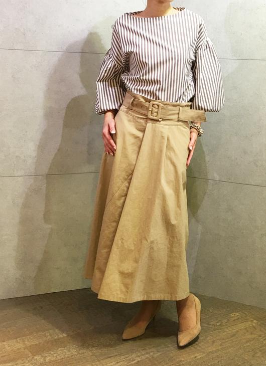 アヴァンルタンのストライプブラウスとパシオーネのベルとつきスカート