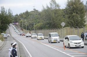 C5em1KvVUAAEzQAゲート前、約100台の渋滞