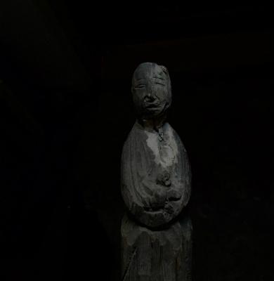 C8hy9uIUMAAEYvg胸に赤児を抱いた木彫像