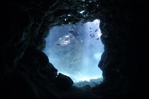 瀬底島の青の洞穴