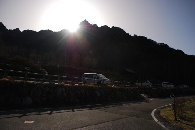 自然公園の駐車場から瑞牆山の日の出