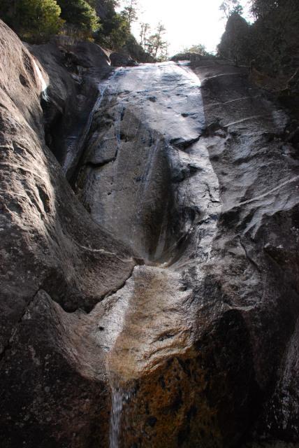瑞牆山_不動滝_滑らかな岩肌を流れ落ちる水