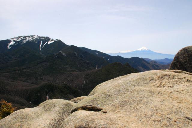 瑞牆山の山頂からの眺め_金峰山と富士山