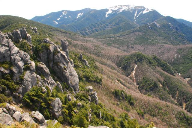 瑞牆山の山頂から残雪の金峰山