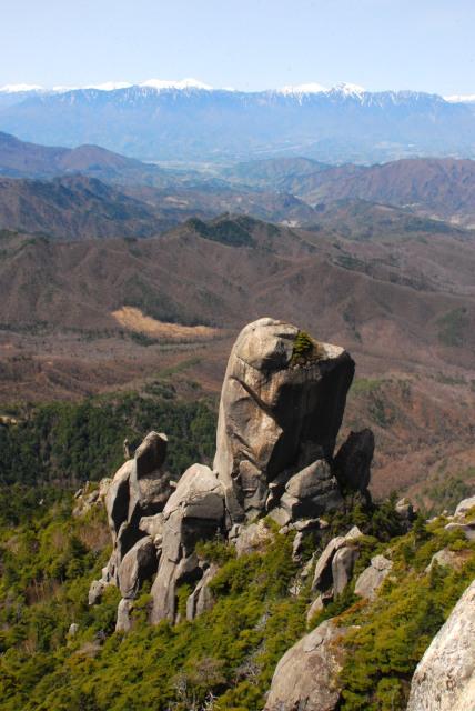 瑞牆山の山頂から煙突のように突き立った大ヤスリ岩を見下ろす