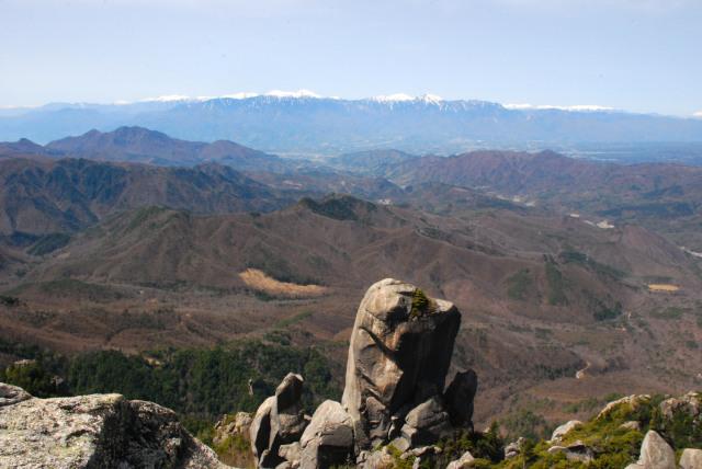 瑞牆山の山頂から大ヤスリ岩と北アルプス稜線