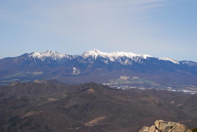 瑞牆山の山頂から残雪の八ヶ岳
