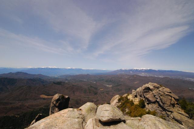 瑞牆山の山頂の岩に立ち上がった眺め_青空の大展望
