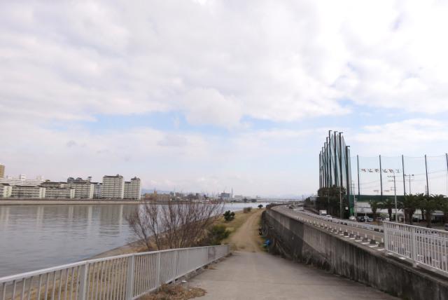 武庫川の堤防からスロープで河川敷へ
