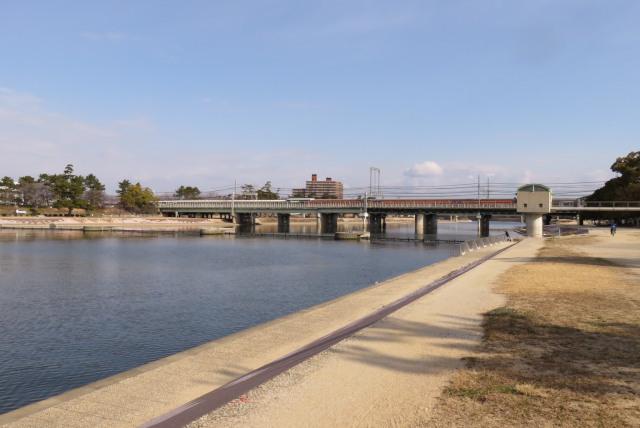 武庫川の河川敷と交差する阪神電鉄の武庫川駅