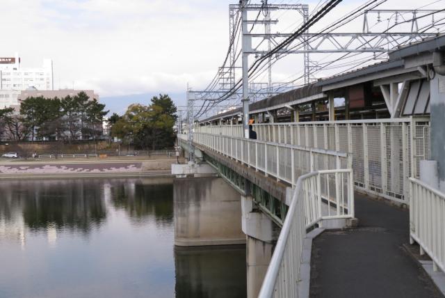阪神電鉄_武庫川駅_武庫川の上にあるホーム