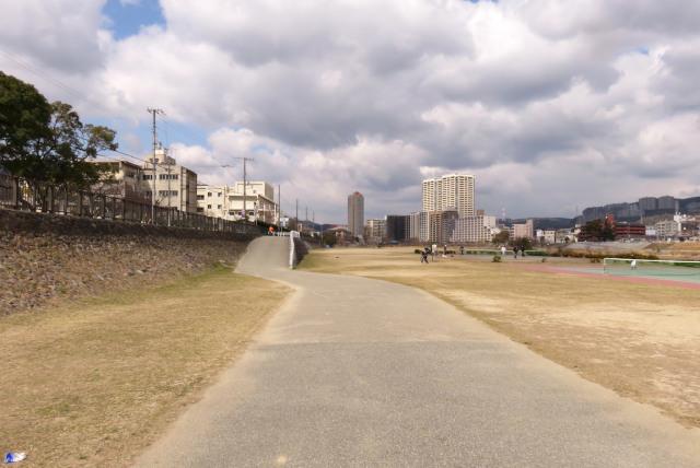 武庫川河川敷_終点_スロープで堤防に上がる
