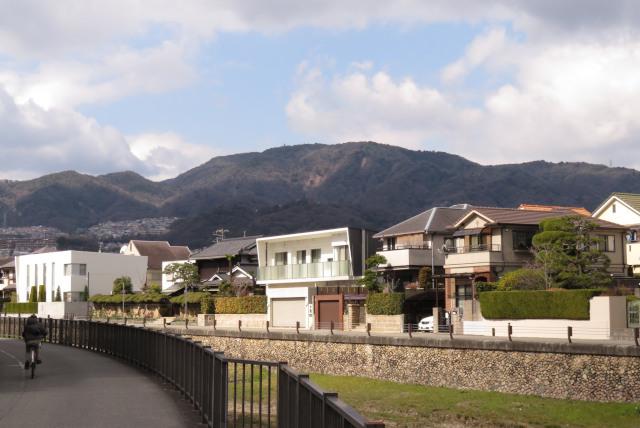 武庫川堤防の住宅街から東六甲を見上げる