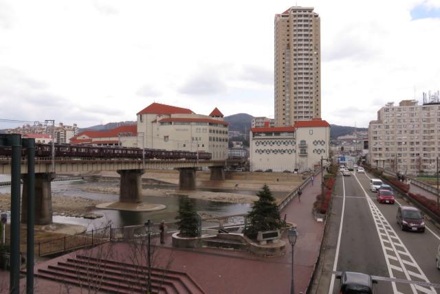 宝塚_歌劇場と武庫川を渡る阪急電車