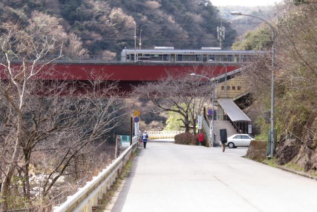 JR武田尾駅_トンネルに造られた駅