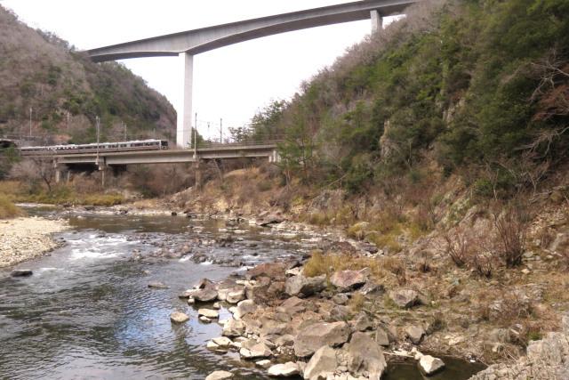 武庫川沿いに武田尾から道場へ_JR福知山線の上に建設中の新名神高速道