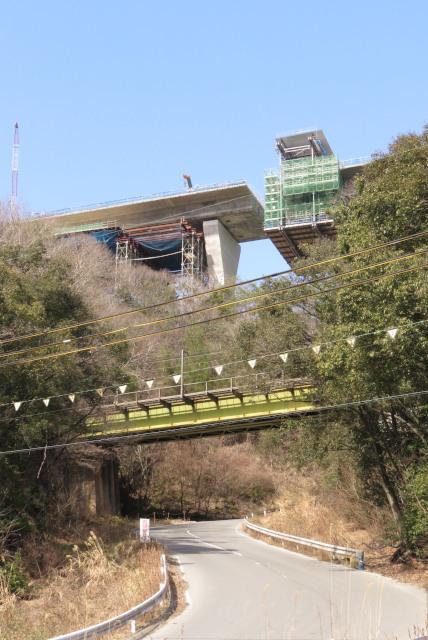 JR福知山線と建設中の新名神高速道