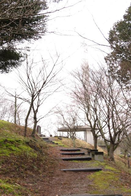 頼光寺の裏山の植村直己の記念碑