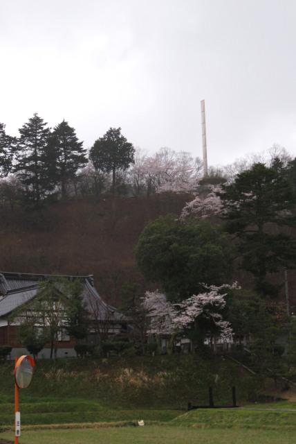 頼光寺と山に立つ記念碑
