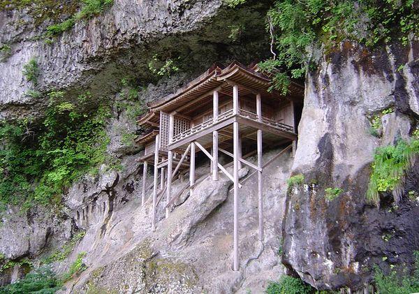 【断崖絶壁】去年発生した鳥取地震で、国宝の「投入堂」の参拝道に亀裂