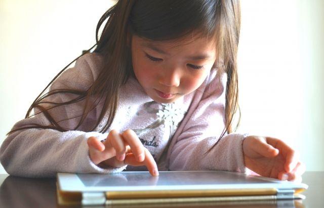 【デジタル】乳児のスマホやタブレットの使用は「言葉の発達」が遅れてしまう可能性…調査結果で判明か